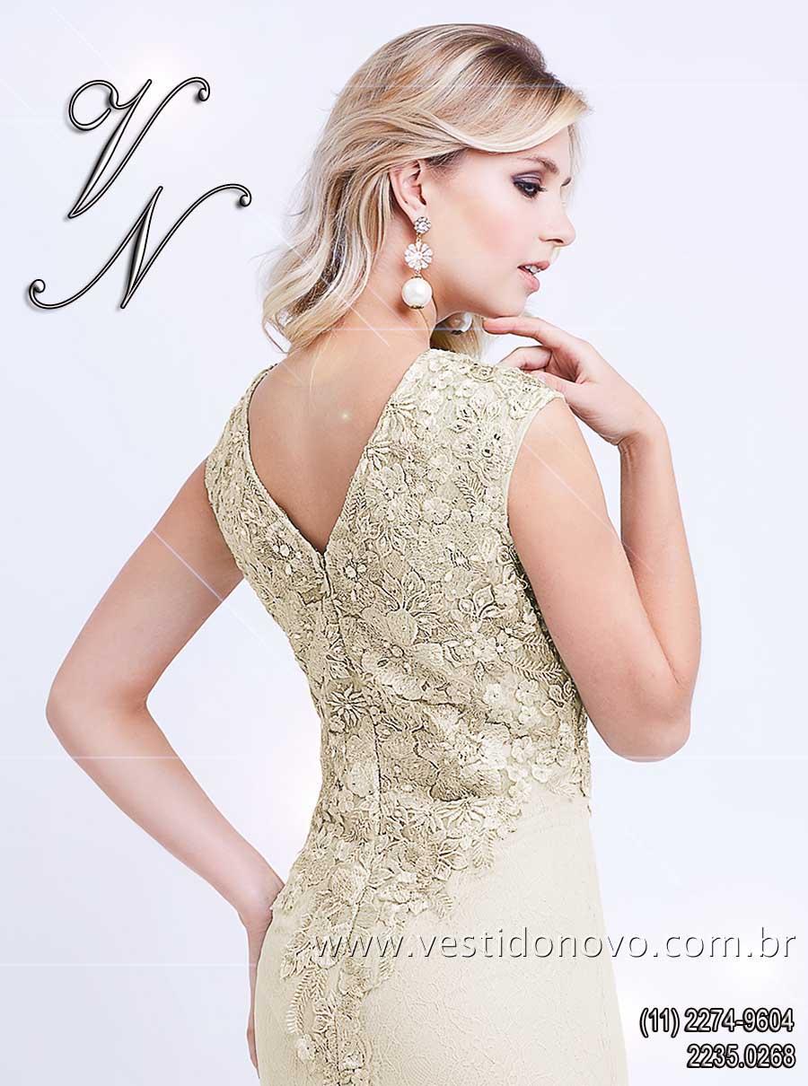 133b93c8221c1 vestido mãe do noivo plus size de renda na cor nude bordado em ouro velho